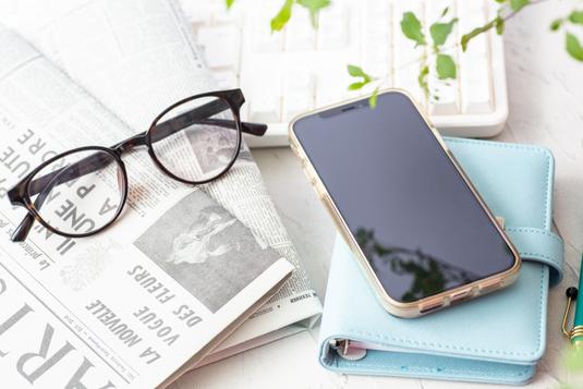 チェック柄のネクタイと黒ぶちの眼鏡。新社会人。
