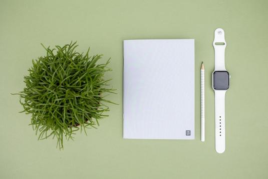 スマホと眼鏡。コーヒーの入ったマグカップとチョコチップクッキー。