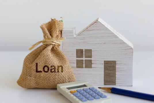 スケジュール帳、手帳、電卓、水色のボールペン。小口金庫と硬貨。