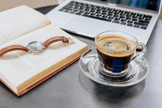 水色の便箋とピンクのボールペン。ゴールドのダブルクリップ。真紅のガーベラが一輪。