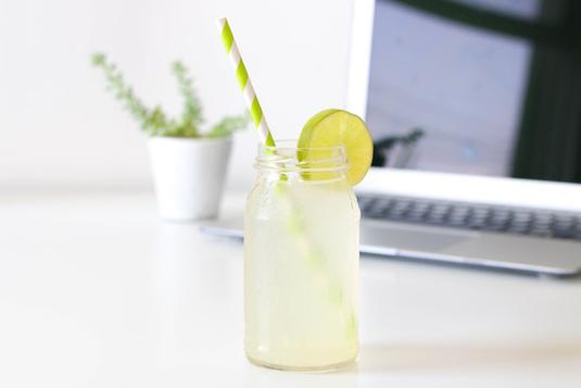 リングノート、システム手帳と万年筆、スマホとイヤフォン、コーヒーの入った白のマグカップ。