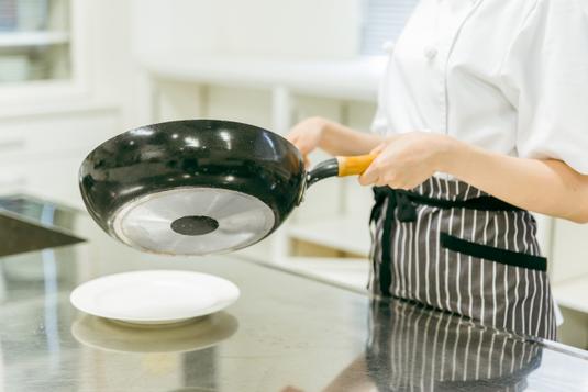 カフェのテーブルにサーブされたアイスコーヒーとイチゴタルト。