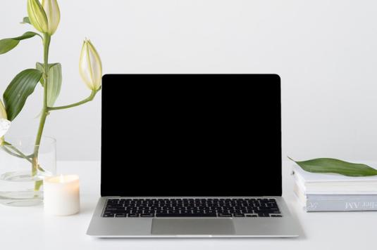 湯気の立つブラックコーヒーが淹れられた白のマグカップ。水色の手帳。白のバラ。