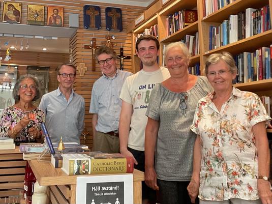 Konrad mit dem Team des Buchladens (Foto: Talat Eiden)