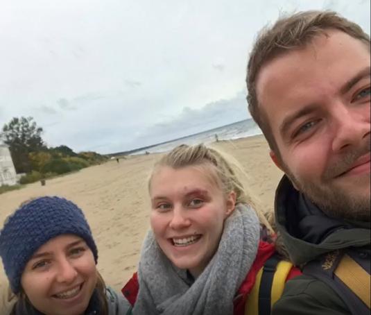 Anna Maria, Emelie und Leo am Strand in Jurmala