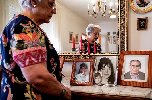 Antonia observa fotos de su hija y de su marido, fallecido.
