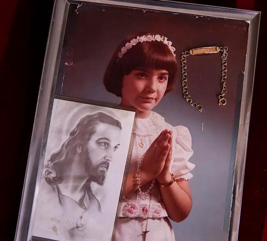La fotografía y la pulsera de comunión de Ana Belén.