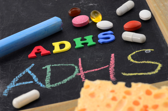 Immer mehr Kinder leiden heutzutage an ADHS (Aufmerksamkeitsdefizit bzw. Hyperaktivitätsstörung) und werden mit umstrittenen ADHS-Medikamenten behandelt. Ist das wirklich nötig?