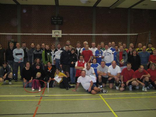 Teilnehmer stellen des Oldie-Volleyballturniers sich dem Fotografen. Mit dem weiß-blauen Outfit in der Mitte der VfB Fallersleben.