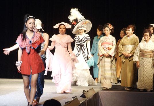 ファッションショー「イシ・コレ」が開催された=25日午後、市民会館大ホール