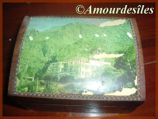 Petit coffret en bois sculpté main, cadeau d'un très bon ami Militaire à notre départ de l¨'Île de la Réunion...Le paysage représente l'hôtel des Thermes à Cilaos, au pied du Piton des Neiges...