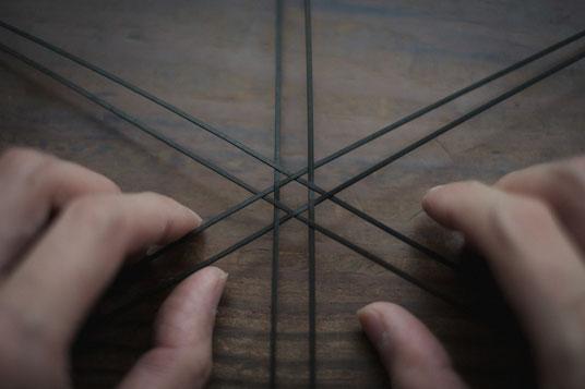 六つ目編みの竹籠の、最初の編み目が完成しました