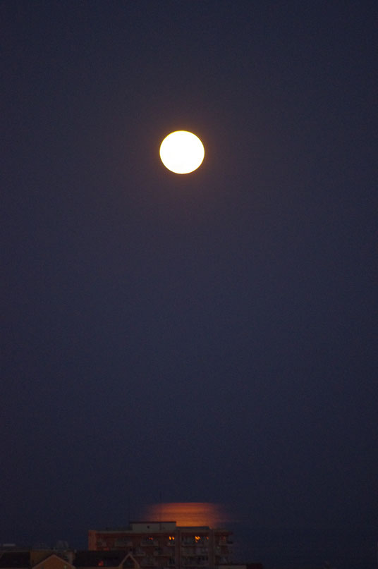 Luna llena y reflejo en el mar
