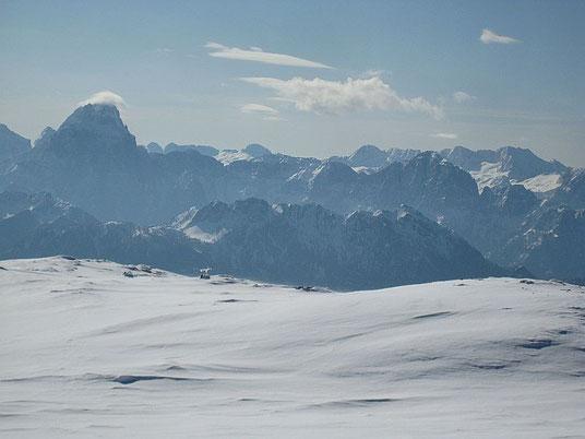 Nach Süden hin öffnet sich der Blick in die Julischen Alpen, Montasch, Curtissons (im Schatten rechts vom Montasch), Lopa, Prestreljenik, Kanin (von links nach rechts)