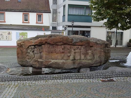 Brunnenstein Nordansicht - Relief Einzug der Mönche 1145
