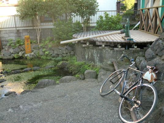 昔は人々を潤していた、史跡「雷井戸」。近隣住民によって、今もその美しさを保っています。