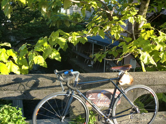 源兵衛川を下っていくと現れる、川の上のCAFE「#dilrettant cafe」