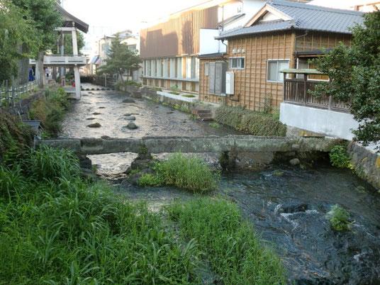 今は使われていない、古い水道橋。風情があります。