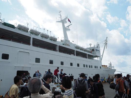 「おがさわら丸」から母島への船「ははじま丸」に乗り換えます。