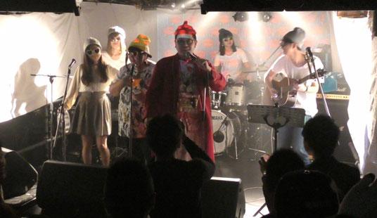 下北沢「ろくでもない夜」でのライブ、ホームレス小谷とバンドはじめて楽団の登場シーン