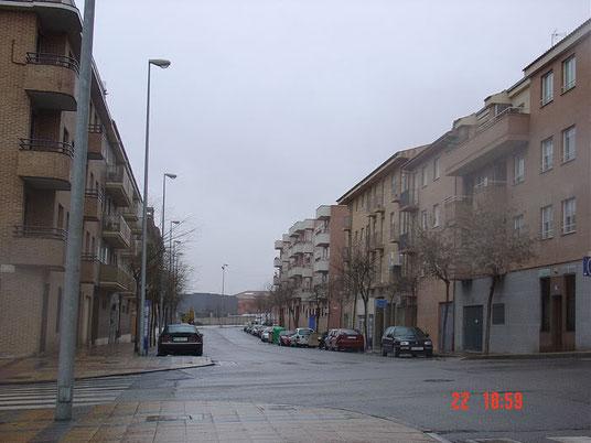 Edificios en la calle Arias Pinel con el DADOS al fondo