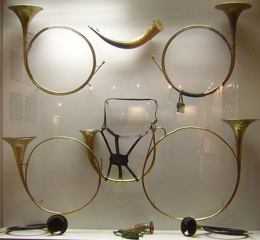 Ein- und zweieinhalbwindige Parforcehörner des 18. Jahrhunderts im Jagdschloss Kranichstein bei Darmstadt