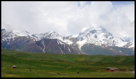Les montagnes du nord du Pamir, vues depuis la prairie kirghize aux environs de Sari-Tash