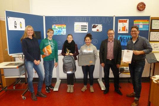 Die drei Wettbewerbsgewinner aus der 9. Klasse mit ihrer Kunstlehrerin Frau Baier, Herrn Becker von der DAK und Rektor Herrn Meisenzahl