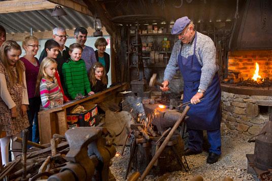La forge en activité avec Raymond Coste - Copyright P. Soissons