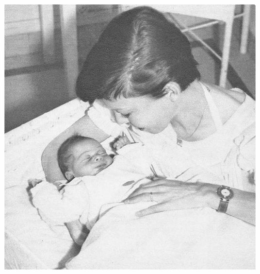 Cécile Aubry et son fils Mehdi à sa naissance en mai 1956