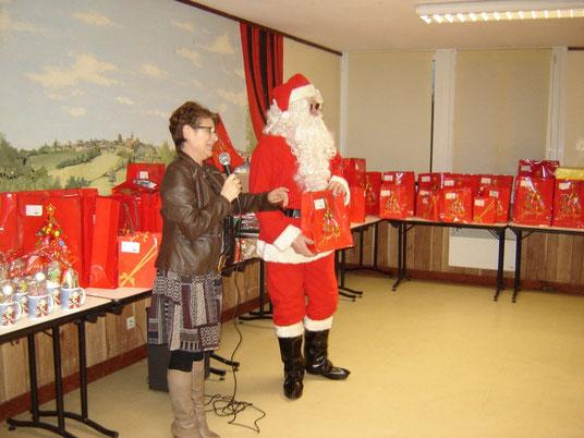"""Le Père Noël a distribué les cadeaux aidé par la présidente du Comité des Fêtes """"ROLAND Chantal"""""""