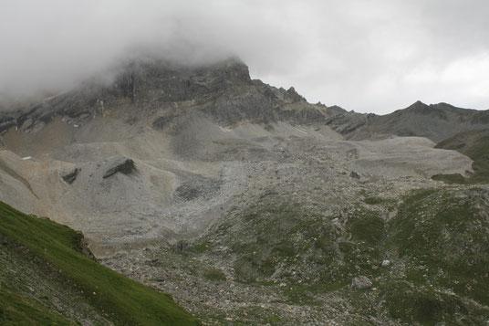 Der Wissberg von Norden aus gesehen. Die bunten Halden aus Hangschutt zeugen vom komplexen geologischen Aufbau der eingeschuppten Karbonat-Decke.