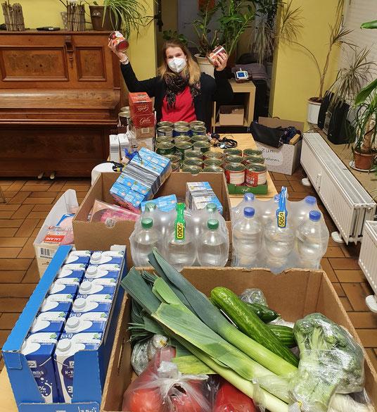 Viola Weihe (Iglu Tagestreff) freut sich beim Empfang der Lebensmittel