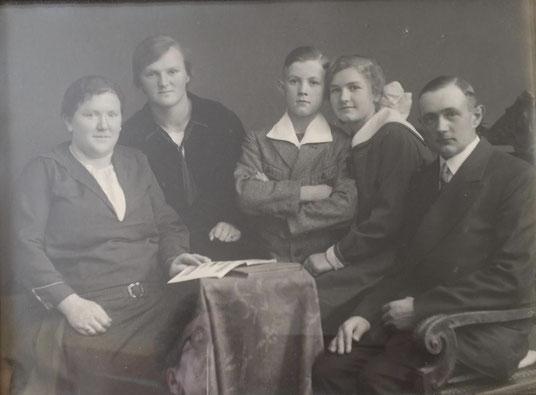 Oma Betty im Kreise ihrer Familie.