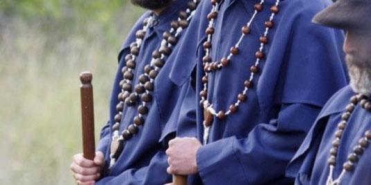 Un detalle curioso son los trajes de los peregrinos de las Useras, compuesto por una túnica gris amoratado, de tela tosca, con esclavina, con un cinturón de cuero negro ceñido a la cintura.