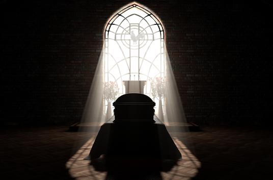Sarg im Licht in Kapelle, Hahn im Fenster