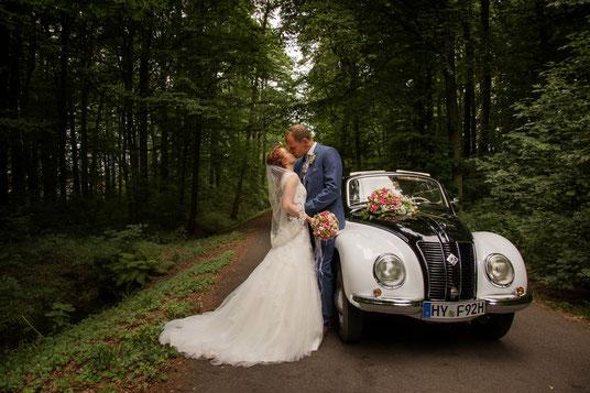 Brautpaar, Brautauto, Hochzeitsauto, Brautautoschmuck, Brautstrauß, kuss, liebe. hochzeit