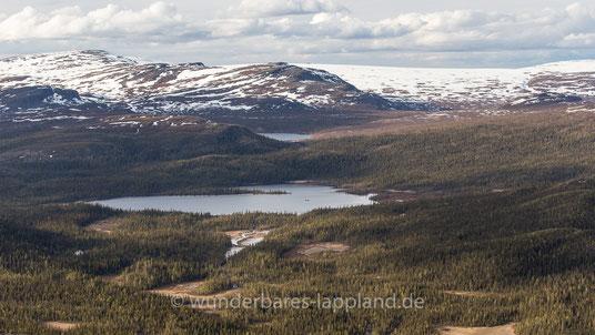 Der Kuossaure der Årrejåkkå vom Gipfel des Kassavare aus gesehen