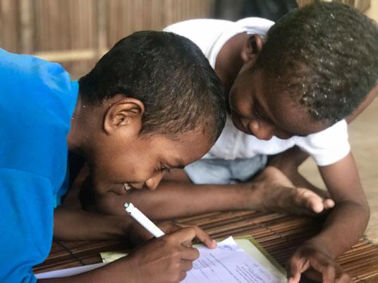 Dank Mitgliederbeitrāgen haben Lerry (9 Jahre) und Abraham (10 Jahre) Zugang zu Bildung