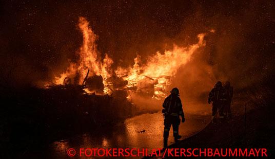 Feuerwehr; Blaulicht; Fotokerschi.at; Brand; Holzhaufen; Asten;