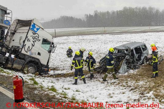 Feuerwehr; Blaulicht; Fotokerschi.at; PKW; LKW; Frontalzusammenstoß;