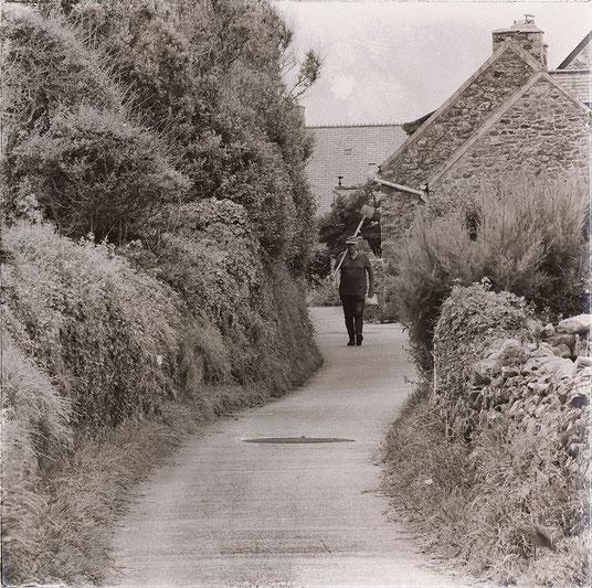 Ein Mann läuft durch den Weiler La Roche bei Auderville im Département Manche in der Normandie.