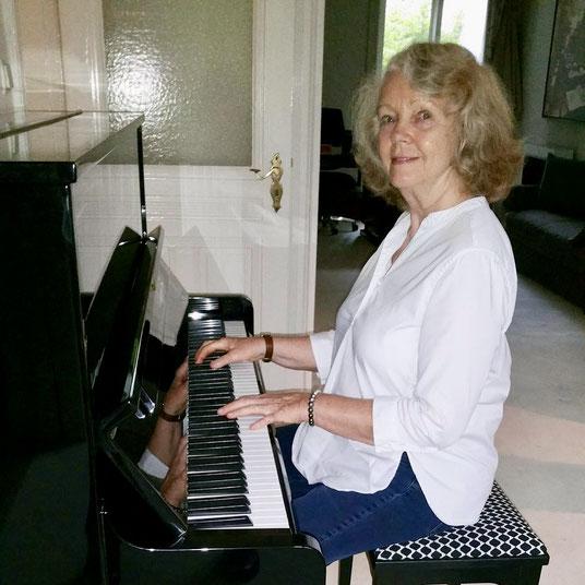 Armgard Seegers-Karasek möchte an ihrem frisch gestimmten Klavier gern Pop- und Blues-Stücke lernen.