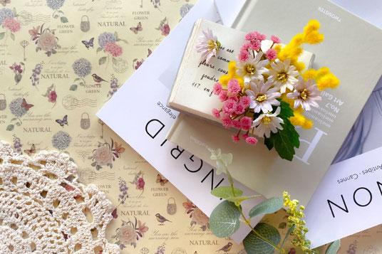 ビジネスバッグに差し込まれたto doリスト。桜の花びら。新社会人。