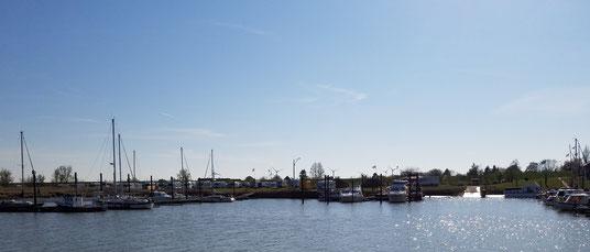 Yachthafen von der Einfahrt ins Hafenbecken aus gesehen - meerseitig