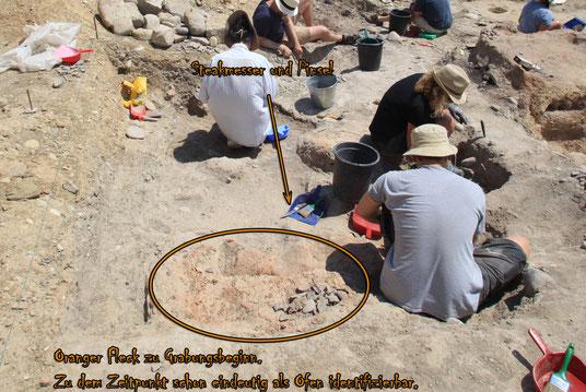 Grabungsbeginn: Der Kreis zeigt den zu diesem Zeitpunkt schon klar erkennbaren Ofenrest. Der Lehm, aus dem der Ofen gebaut wurde, ist durch die Hitze orange-rot verfärbt.