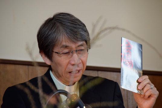 2017年2月26日(日)午前、倉敷水島教会の講壇で説教中の森 言一郎牧師。左手には西大寺のはだか祭りとして知られる「会陽(えよう)」のパンフを手にしています。祭りのことをお話する以上に、そこから、神さまの前で「はだかになる」という展開でございました(^^♪