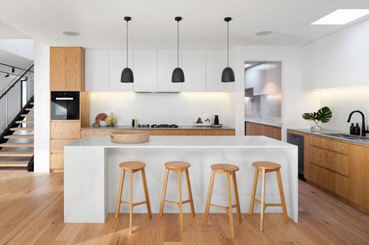 Küche Küchenbau Küchenplanung Wohnen Kochen Planung Theke Arbeitsplatten Holz Barhocker Schreinerei Mainz hochwertig Schubladen hell