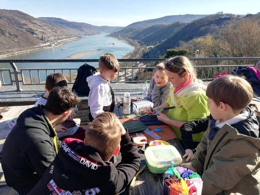 NAJU und ALISA Kids beim Mittelalterkostüme basteln, Foto: ALISA Stiftung Worms