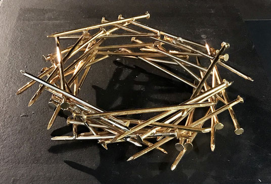 Rüdiger Pichler, KRONE, 2015, Stahlnägel und Gold, ca. 30 x 30 cm